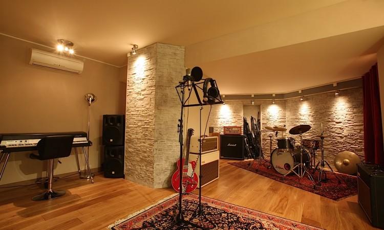 la cabine insonorisée de montmartre recording et ses instruments