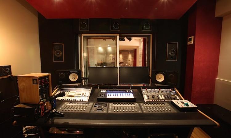 La régie du studio d'enregistrement et ses périphériques pour le mixage Montmartre Recording